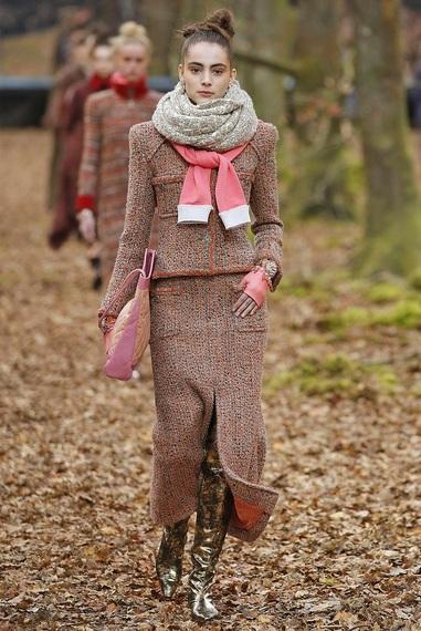 b5ba4e997b29 葉の刺繍のコートや落ち葉のプリントのドレス、スーツも秋冬の象徴的なアイテムとなりそうだ。トレンドとなっているパッデッドアイテムも、シャネルにかかるととても  ...
